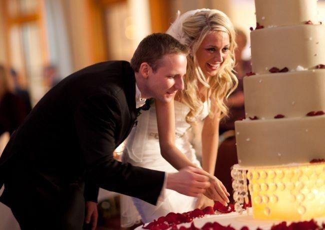 d4e6770d4d A népszerű műsor minden egyes epizódjában a cukrászat nagymesterei  varázsolnak valóságos tortacsodákat az esküvői asztalra, amelyek a  menyasszonyi torta ...