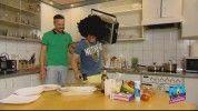 Kész show, amit L.L. Junior művel a konyhában
