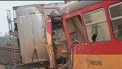 Sokkoló! Métereken keresztül tolta a vonat a több tonnás kamiont