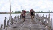 Élet és halál témáját boncolgatták Berkiék a Mekongon átvezető bambuszhídon